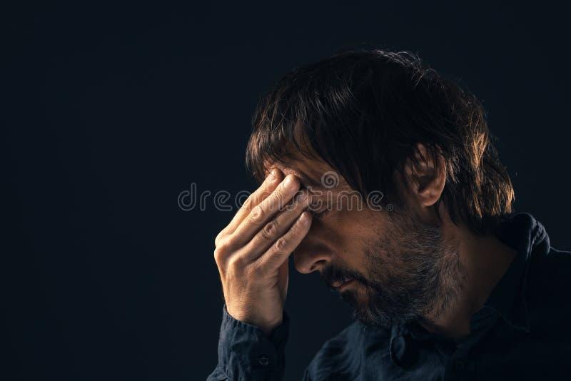 Retrato triste deprimido do homem do meados de-adulto imagens de stock
