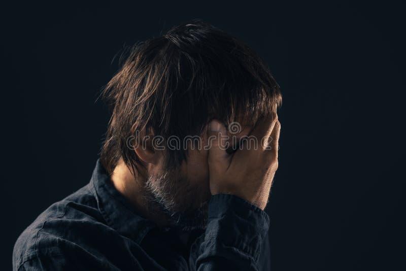 Retrato triste deprimido do homem do meados de-adulto fotografia de stock