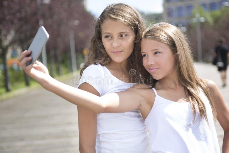 Retrato un exterior adolescente de la hermana que se divierte foto de archivo