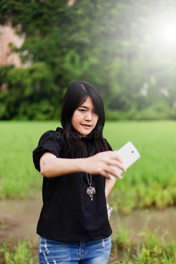 Retrato un selfie sonriente de la mujer asiática hermosa fotografía de archivo