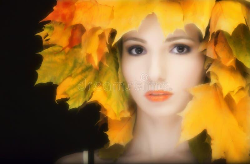 Retrato una muchacha atractiva en estilo retro con fotos de archivo libres de regalías