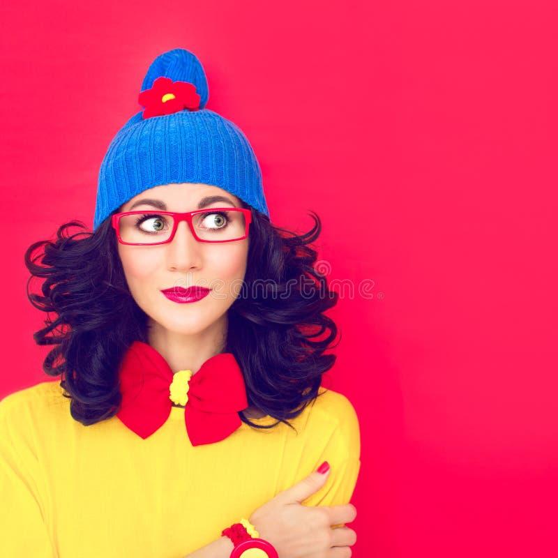 Retrato una muchacha divertida de pensamiento imagen de archivo libre de regalías