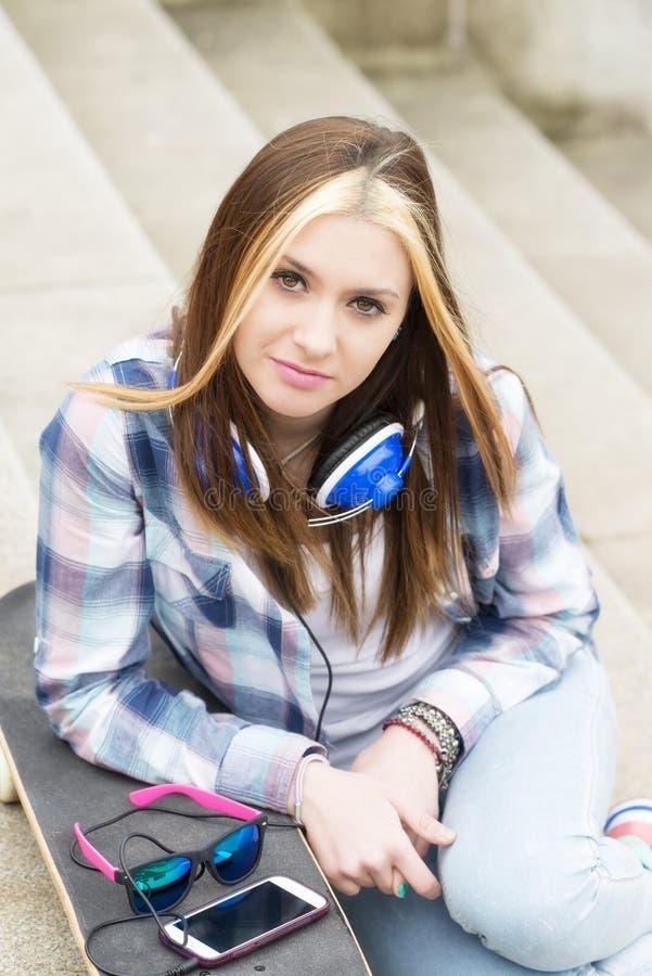 Retrato urbano da menina bonita do moderno na rua foto de stock royalty free