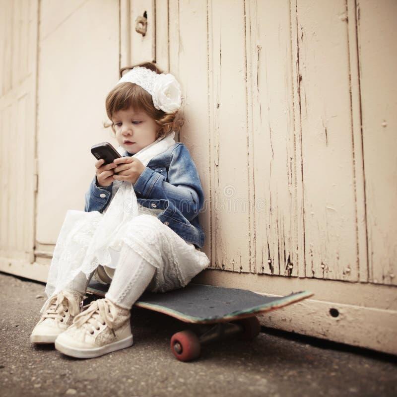 Retrato urbano da menina encaracolado pequena do moderno imagens de stock royalty free