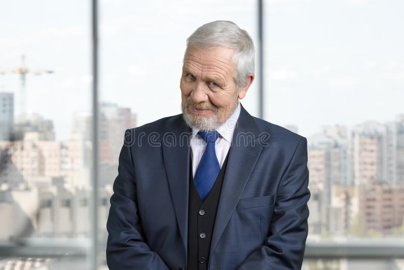 Retrato velho do olhar do homem de negócios fotos de stock royalty free