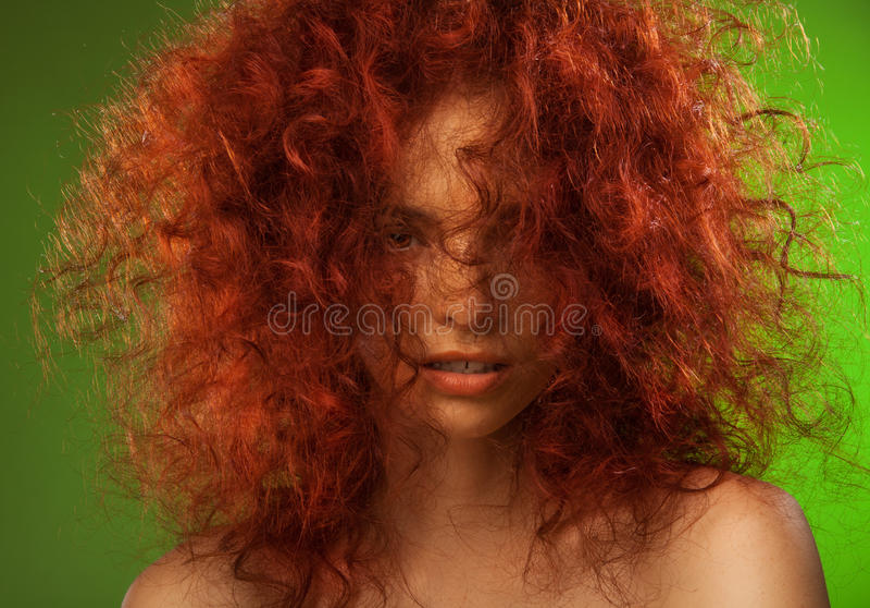 Retrato vermelho da beleza da mulher do cabelo curly fotografia de stock