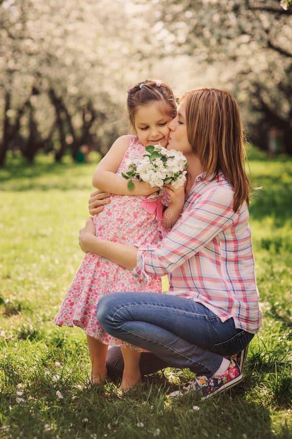 Retrato vertical da mola da filha feliz da mãe e da criança imagens de stock