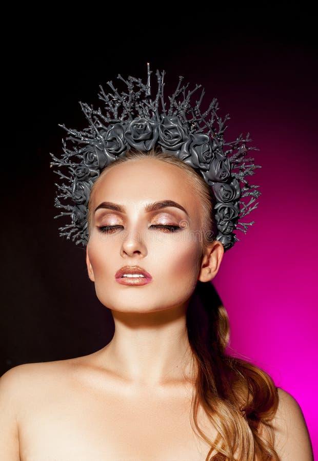 Retrato vertical da mulher elegante com composição fechado dos olhos fotografia de stock