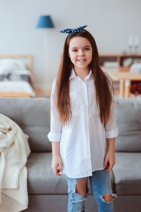retrato vertical de 10 anos felizes menina idosa da criança ou do preteen que relaxa em casa imagens de stock royalty free