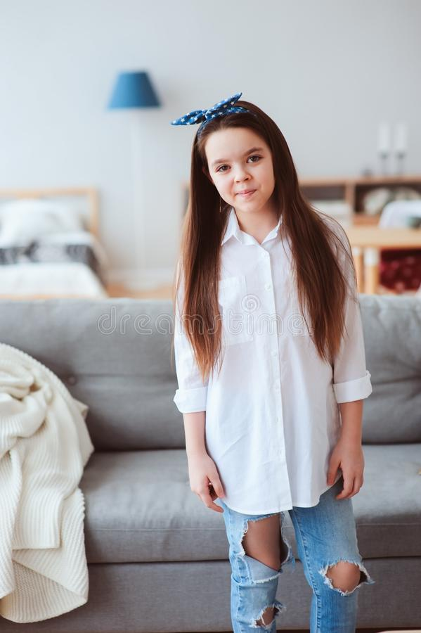 retrato vertical de 10 anos felizes menina idosa da criança ou do preteen que relaxa em casa imagem de stock