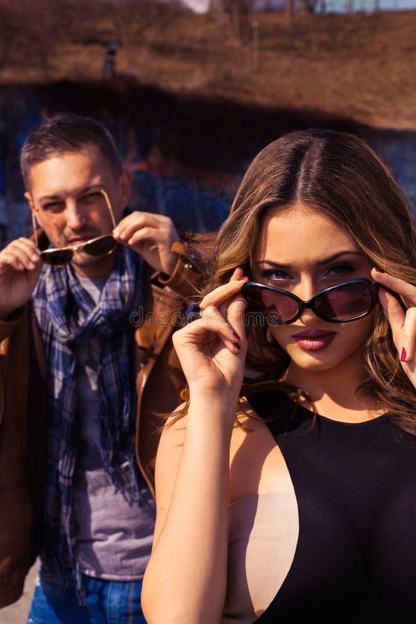 Retrato vertical de pares elegantes nos óculos de sol ambos imagem de stock