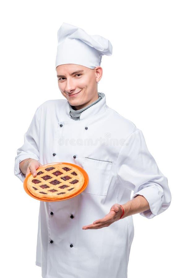 Retrato vertical de um cozinheiro com torta caseiro, retrato isolado em um branco foto de stock royalty free