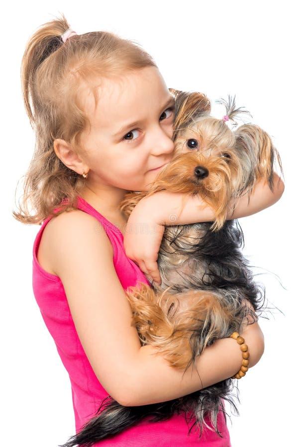 Retrato vertical de una muchacha con un terrier del animal doméstico imágenes de archivo libres de regalías