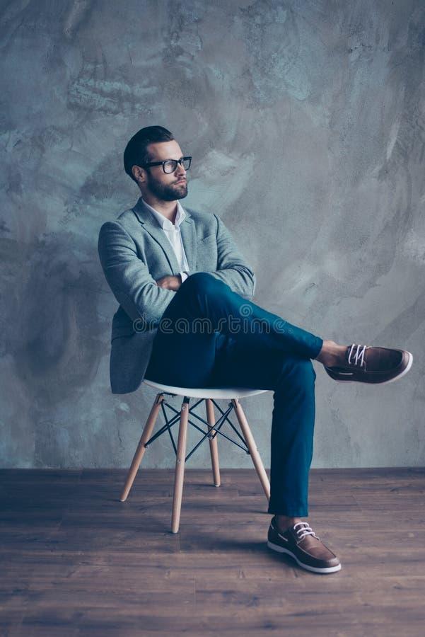 Retrato vertical del hombre joven importado hermoso con la mano cruzada fotografía de archivo libre de regalías