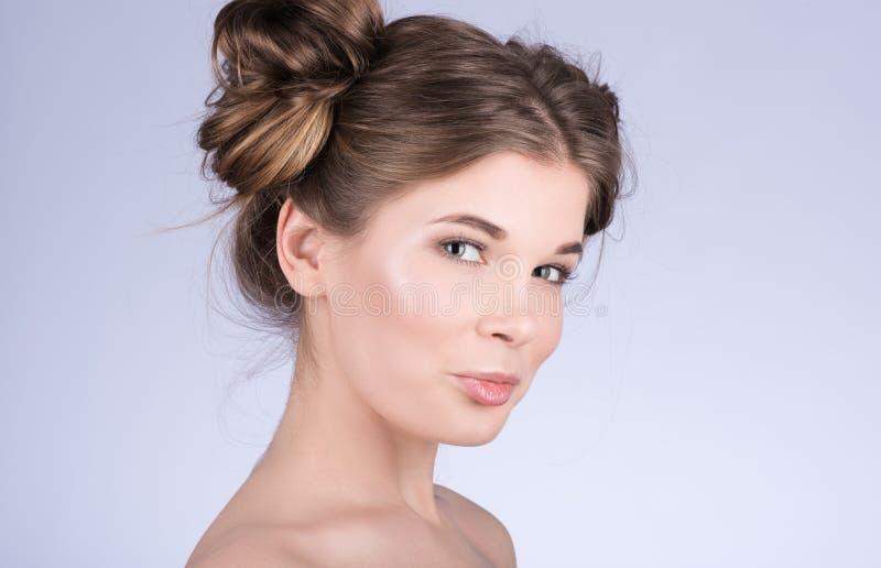 Retrato vertical del modelo lindo de la mujer con maquillaje diario fresco y del peinado ondulado lindo fotos de archivo
