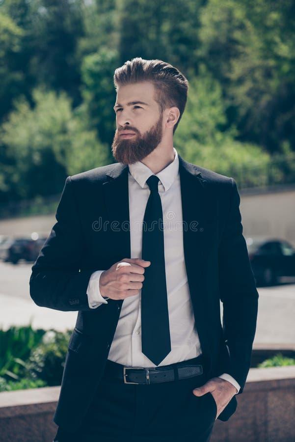 Retrato vertical do homem de negócios à moda farpado vermelho novo seguro foto de stock