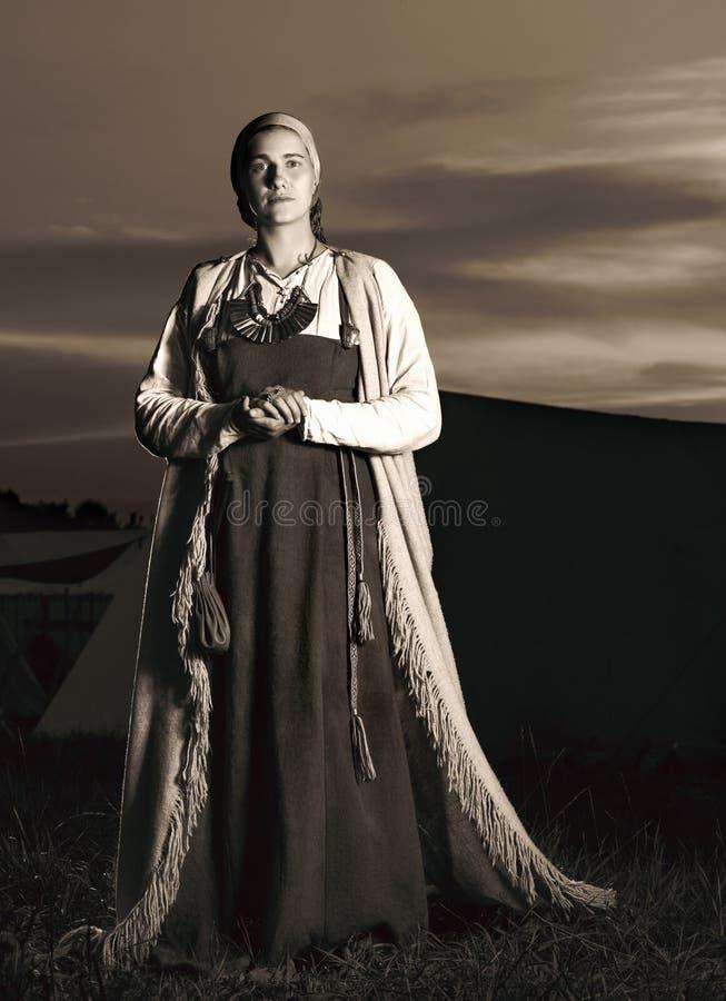 Retrato vertical entonado en integral de una mujer joven en traje histórico foto de archivo libre de regalías