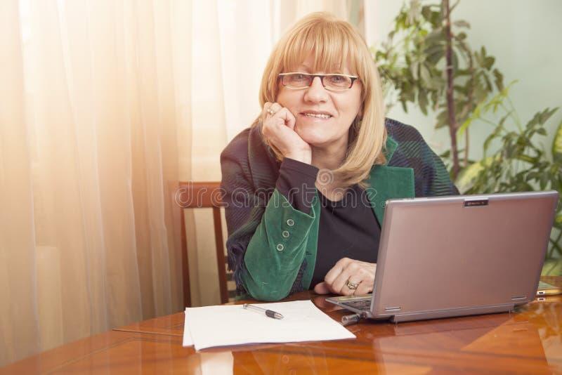 Retrato viejo mayor feliz de la mujer de negocios imagen de archivo