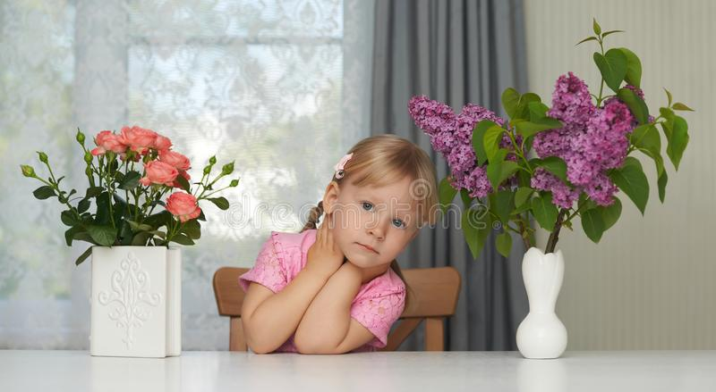 Retrato violeta de la flor de la primavera de una muchacha de sueño imágenes de archivo libres de regalías