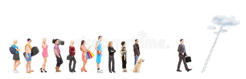 Retratos completos do comprimento dos povos que esperam em uma linha e em um negócio imagens de stock