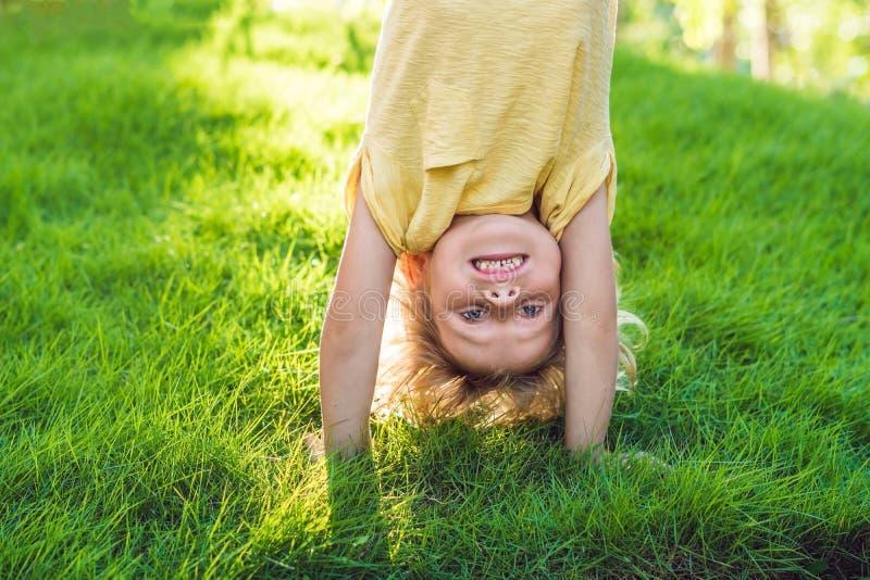 Retratos das crianças felizes que jogam o ar livre de cabeça para baixo no verão p fotos de stock royalty free