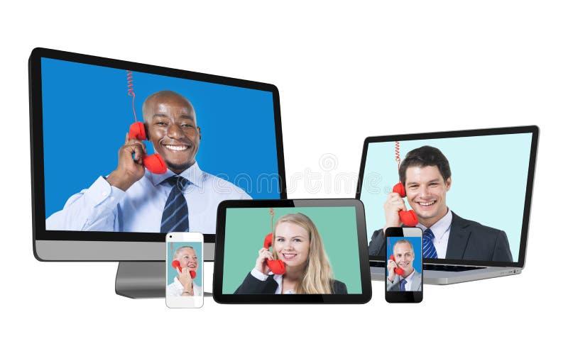 Retratos de la gente diversa en la pantalla de los dispositivos de Digitaces fotografía de archivo libre de regalías