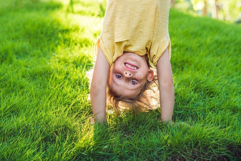 Retratos de los niños felices que juegan aire libre al revés en el verano p imágenes de archivo libres de regalías