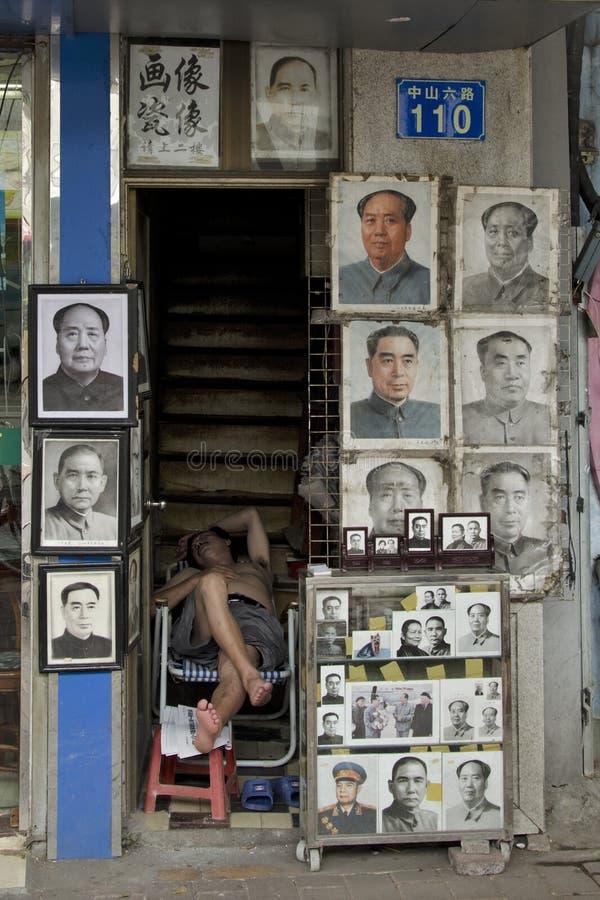 Retratos de Mao Zedong que vendem na rua em Guangzhou fotografia de stock royalty free