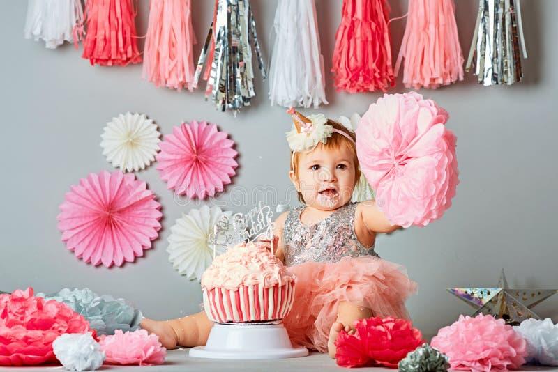 Retratos do aniversário do bebê de um ano com bolo da quebra fotos de stock royalty free