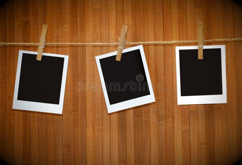 Retratos do Polaroid de encontro à madeira fotografia de stock