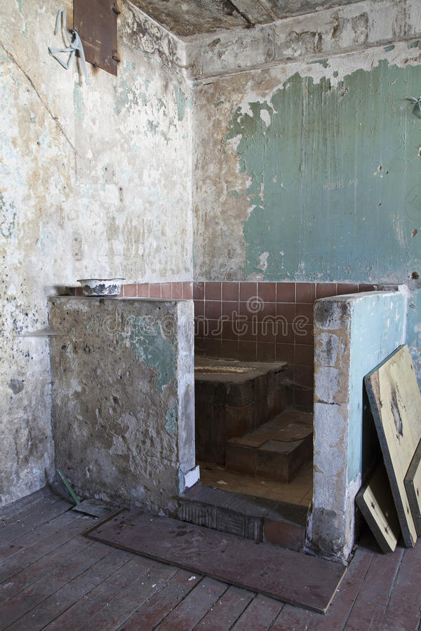 Retrete asqueroso en la prisión fotos de archivo libres de regalías