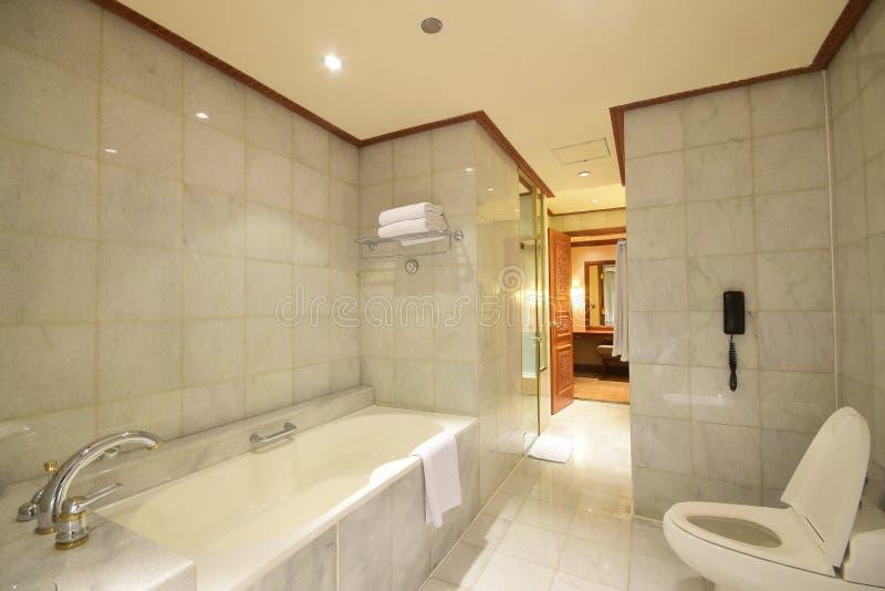 Retrete grande con la bañera usando el mármol blanco gris natural clásico con las venas fotografía de archivo