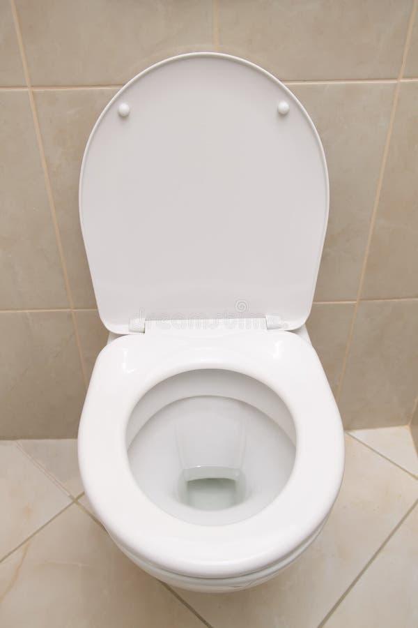 Retrete limpio blanco dentro del cuarto de baño Primer del retrete blanco con la cubierta abierta imagenes de archivo