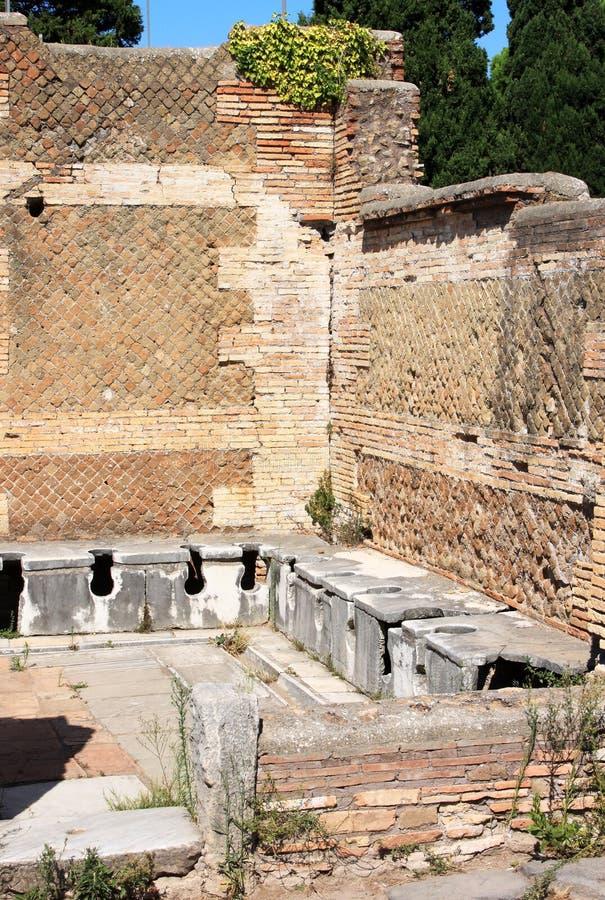 Retretes romanos antiguos en Ostia Antica, Italia imagen de archivo