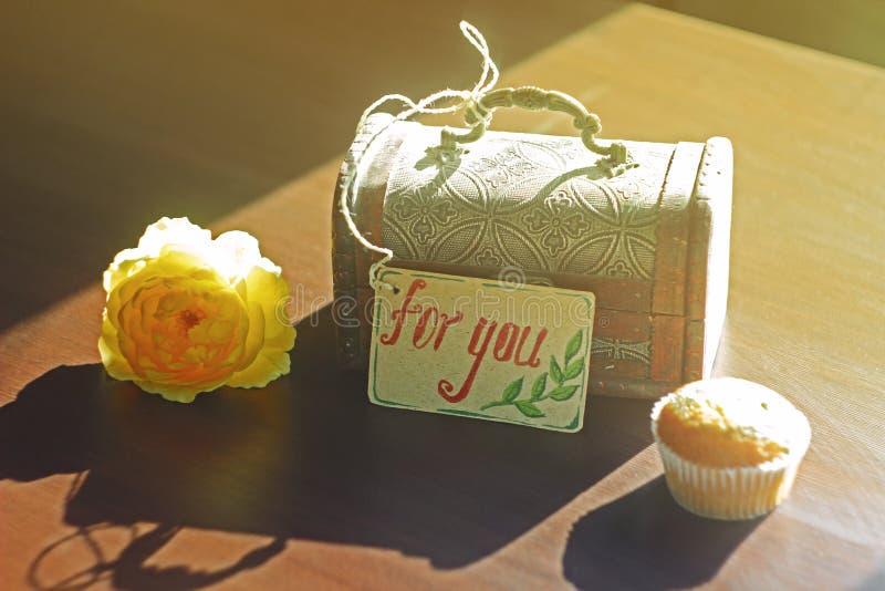 Retro życie wciąż: kwitnie, szkatuła z etykietki ` dla ciebie ` zdjęcia royalty free