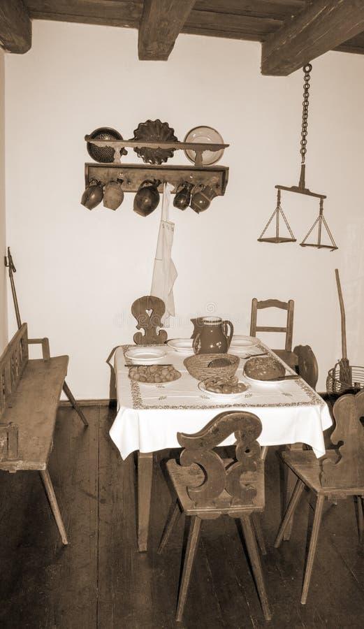 Retro życie z stołem wciąż ustawia w starej chałupie fotografia royalty free