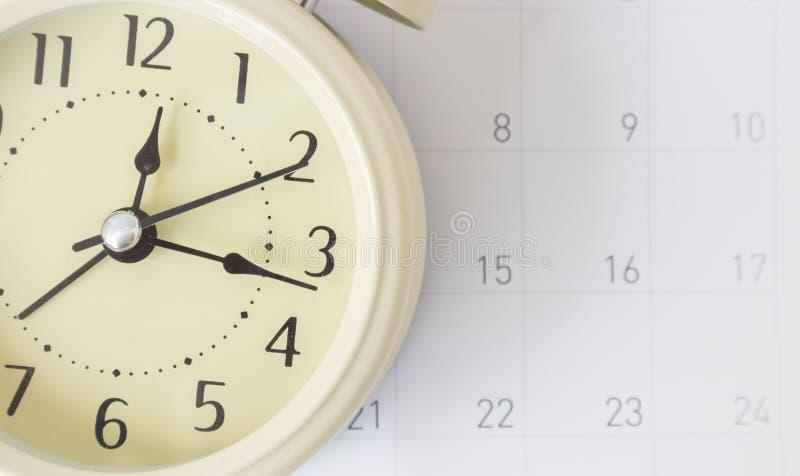 Retro alarmhaan en kalender, tijdconcept royalty-vrije stock afbeeldingen
