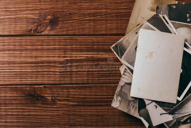 Retro algunas fotos viejas en la tabla de madera imagenes de archivo