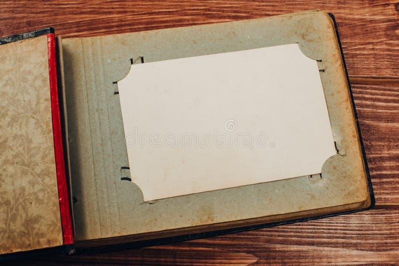 Retro algunas fotos viejas en la tabla de madera foto de archivo libre de regalías