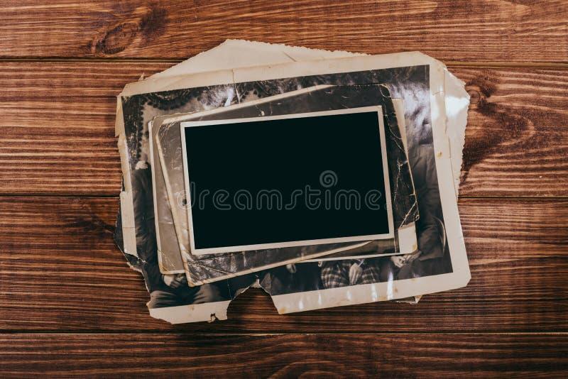 Retro algunas fotos viejas en la tabla de madera imagen de archivo libre de regalías