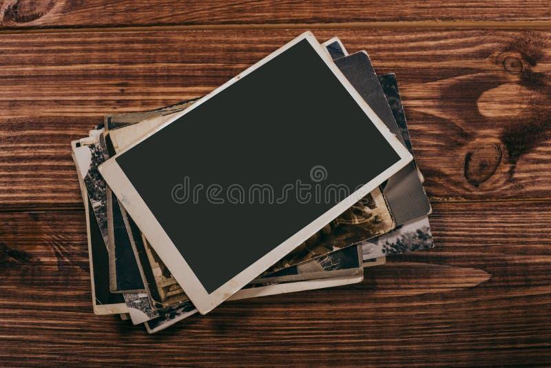 Retro algunas fotos viejas en la tabla de madera imagen de archivo