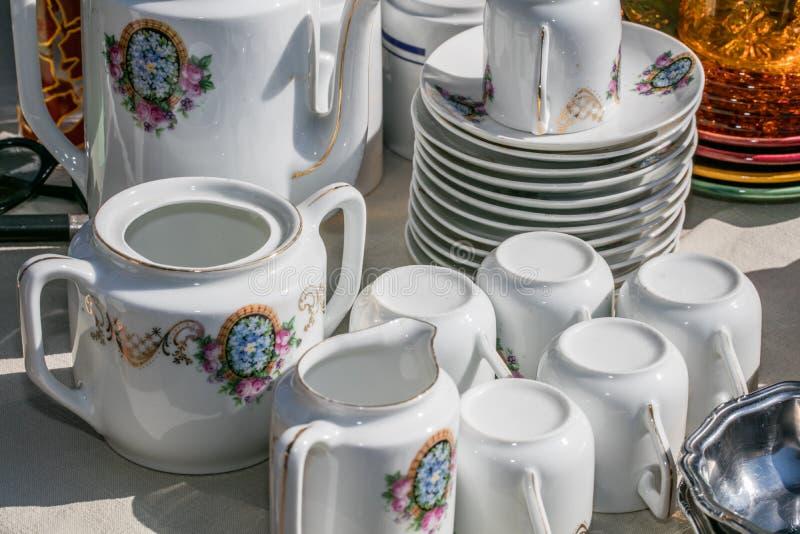 Retro- alter Kaffeesatz mit Schalen, Platten und Kaffeetopf lizenzfreie stockfotos
