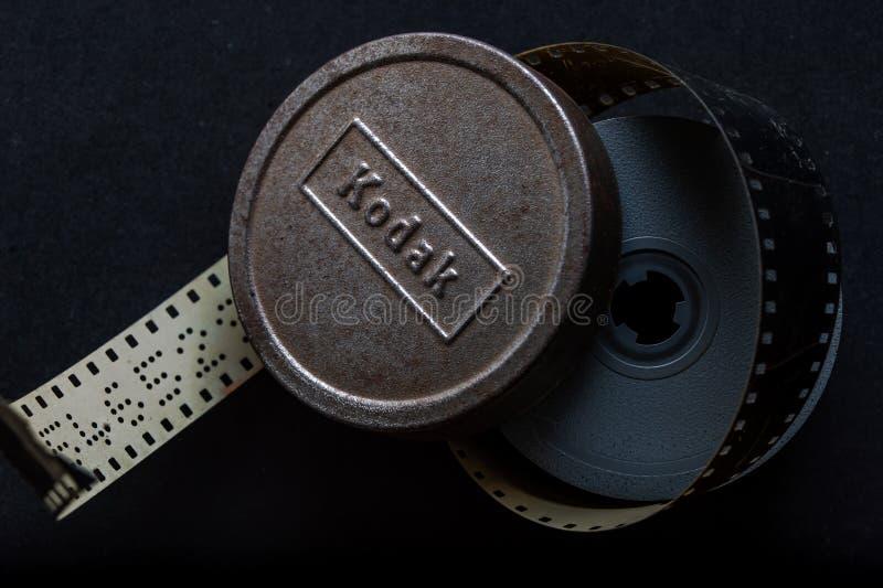 Retro- analoges Film Medienkodaks Kodachrome regelmäßiges 8mm Kanisterrollen-kalyan mahara INDIEN lizenzfreie stockfotos