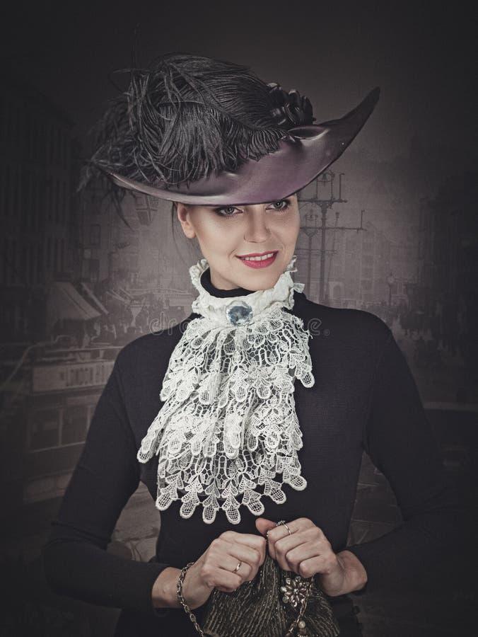 Retro- angeredete Schönheit Weibliches Porträt lizenzfreie stockbilder