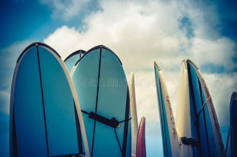 Retro- angeredete Weinlese-Brandungs-Bretter in Hawaii stockfotografie