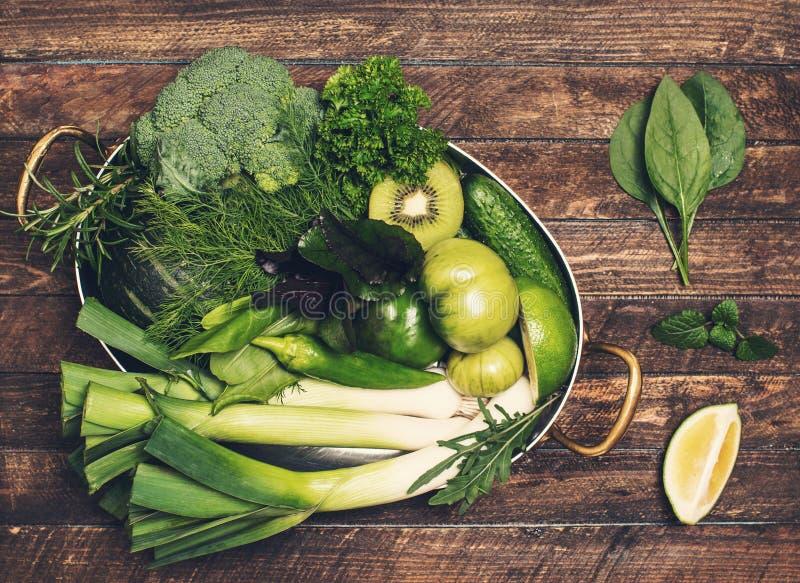 Retro- angeredeter Lebensmittelhintergrund Rohes Detoxgrüngemüse und -kraut lizenzfreies stockbild