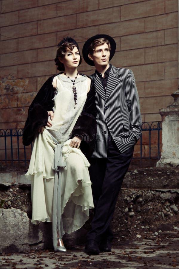 Retro- angeredetes Art und Weiseportrait eines jungen Paares. stockfoto