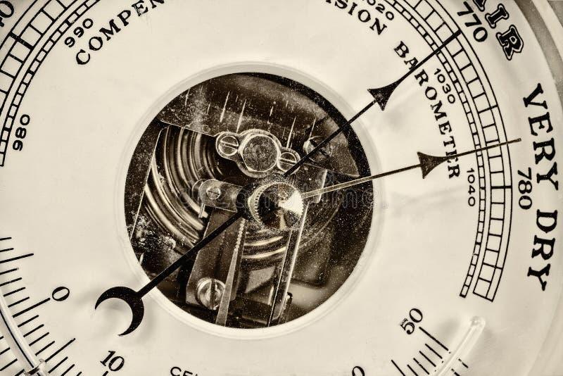 Retro- angeredetes Bild eines alten Barometers lizenzfreies stockfoto