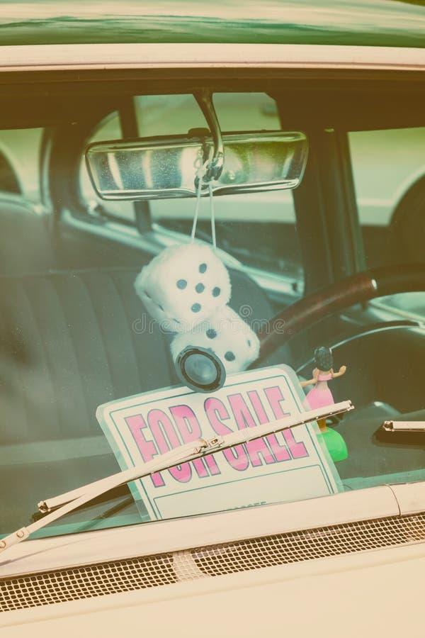 Retro- angeredetes Bild von a für Verkaufsfensterautokennzeichen stockfotografie