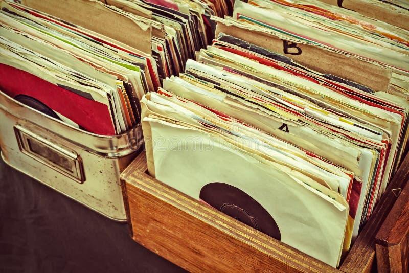 Retro- angeredetes Bild von Vinyllangspielplatten-Aufzeichnungen auf einem Fliehungsmarkt stockbild